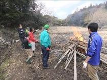前年使用した端材の野焼き作業