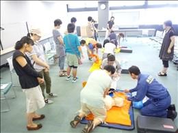 AEDは電源を入れ、AEDのナレーション通りに電極パッド(6歳ぐらいまでは小児用電極パッド)を胸に貼り、操作します。その後は引き続き救急隊員の到着まで胸骨圧迫を続けます。