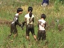 子ども同士仲良く泥にまみれる
