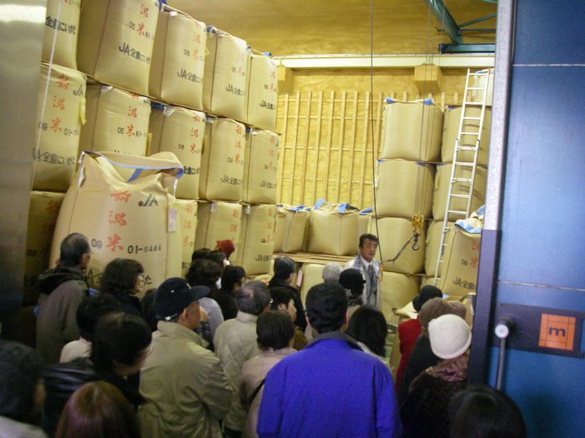 低温倉庫には、約1.1トンの玄米が入った袋(フレコン)が倉庫いっぱいに積みあがっていました。お米の保管状況をはじめて見る組合員が多く、整然と積み上げられているフレコンに圧倒され、品質管理がしっかりしていることに感心していました。