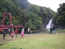 観光名所にもなっている法体(ほったい)の滝<br />