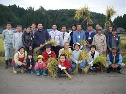 生産者や農協の方も一緒に、記念撮影<br />