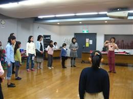 登坂倫子先生のレッスンに真剣に聞き入る参加者
