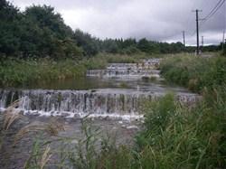 これは、温水路という田んぼの水に使われている用水路です。水深を浅くし段々をつけることで、鳥海山の冷たい雪解け水が徐々に温められていきます。<br />