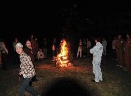 満天の星空の下でのキャンプファイヤー。炎の輝きに、大人たちはしみじみひたり、子どもたちはハイテンション…でした