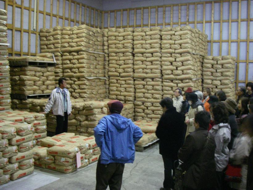 隣の低温倉庫には30kgのお米が入った紙袋が保管されていました。それぞれに生産者名や栽培履歴などがきちんと表示されていました。