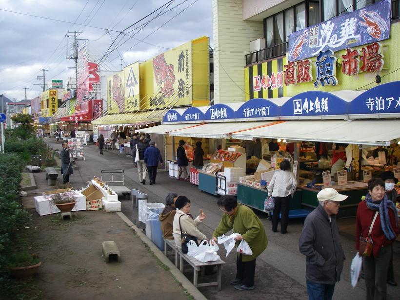 寺泊の魚市場通りには、大型鮮魚店が軒を連ね、日本海の魚介類を中心とした海の幸が手ごろな値段で売られていました。中には「こんなに持って帰れるの?」というくらい買い物をした方もいらっしゃいました。