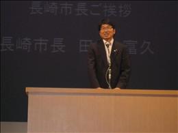 虹のひろばで挨拶する長崎市長