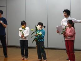 香りを色で言うと? 加賀谷さんがいろいろな質問をすると、子どもたちは、自分の感じたことを表現しました