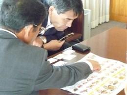 宮崎県産品の普及の取り組みを説明する庭野理事長(左)、聞き入る岡村所長(右)