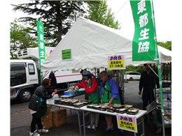 お弁当が並ぶ東都生協のテント