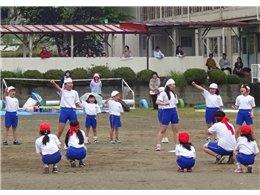 全校児童と地域の人たちが大勢参加