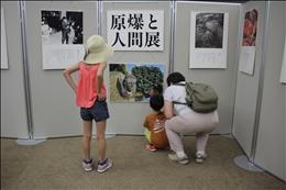 親子で展示を見ながら子どもに平和を語りかける