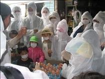 鶏舎にウイルスなどを持ち込まないよう全員白衣、マスクを着けました