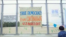 「真の民主主義を沖縄から」と書かれた横断幕