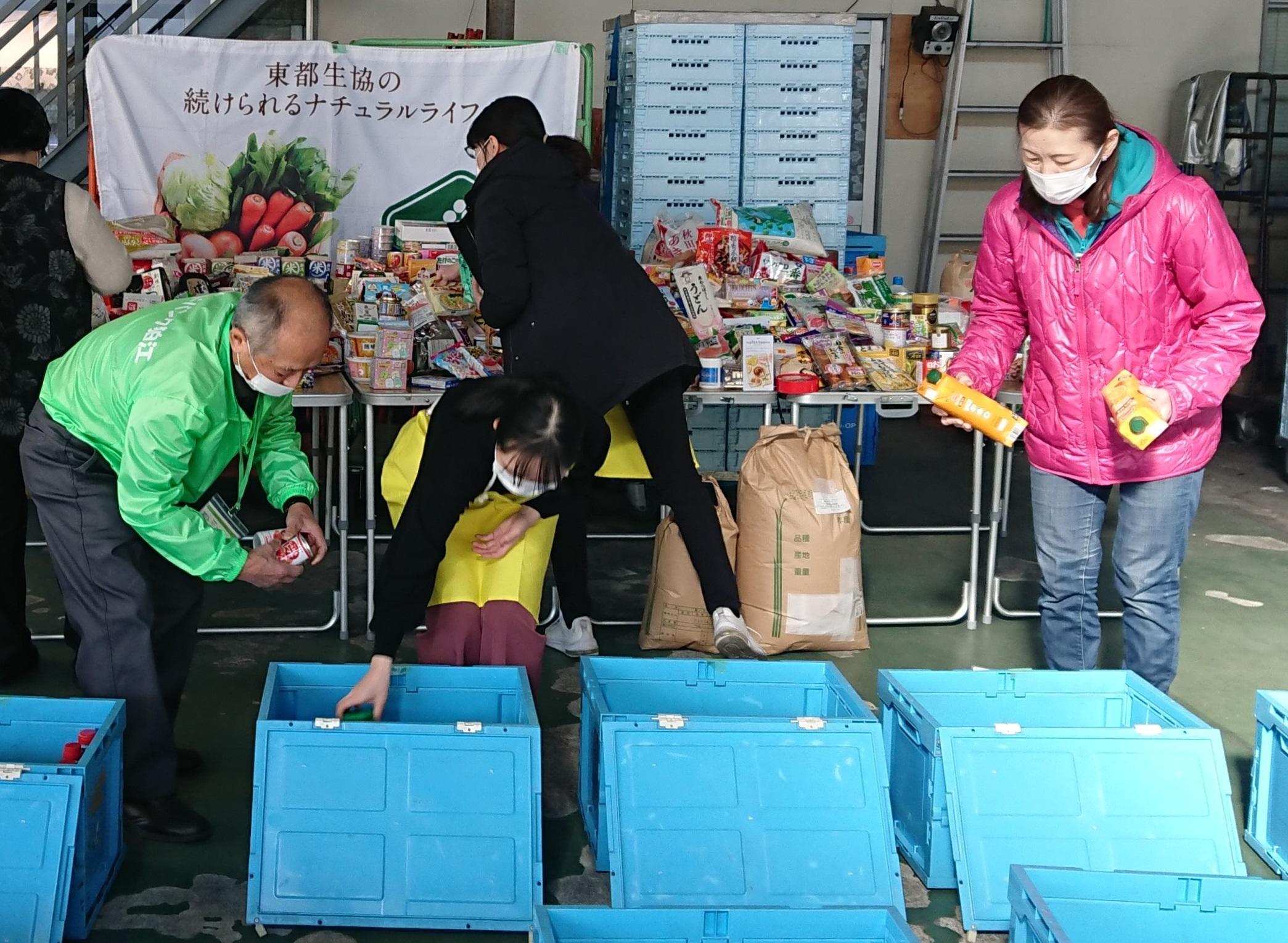 組合員から寄贈された食品の仕分け作業