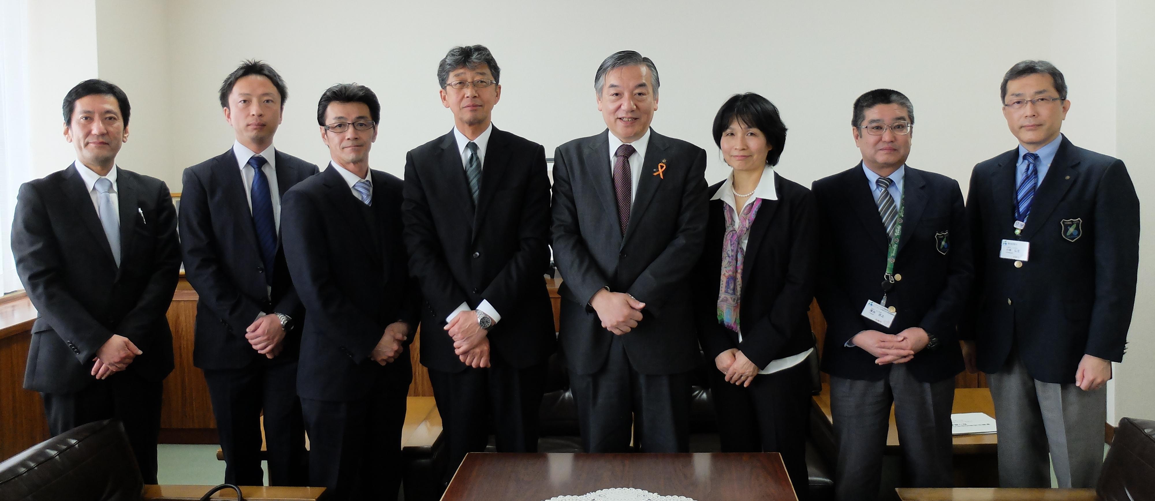 東都生協役職員、右から3人目が組合員常任理事