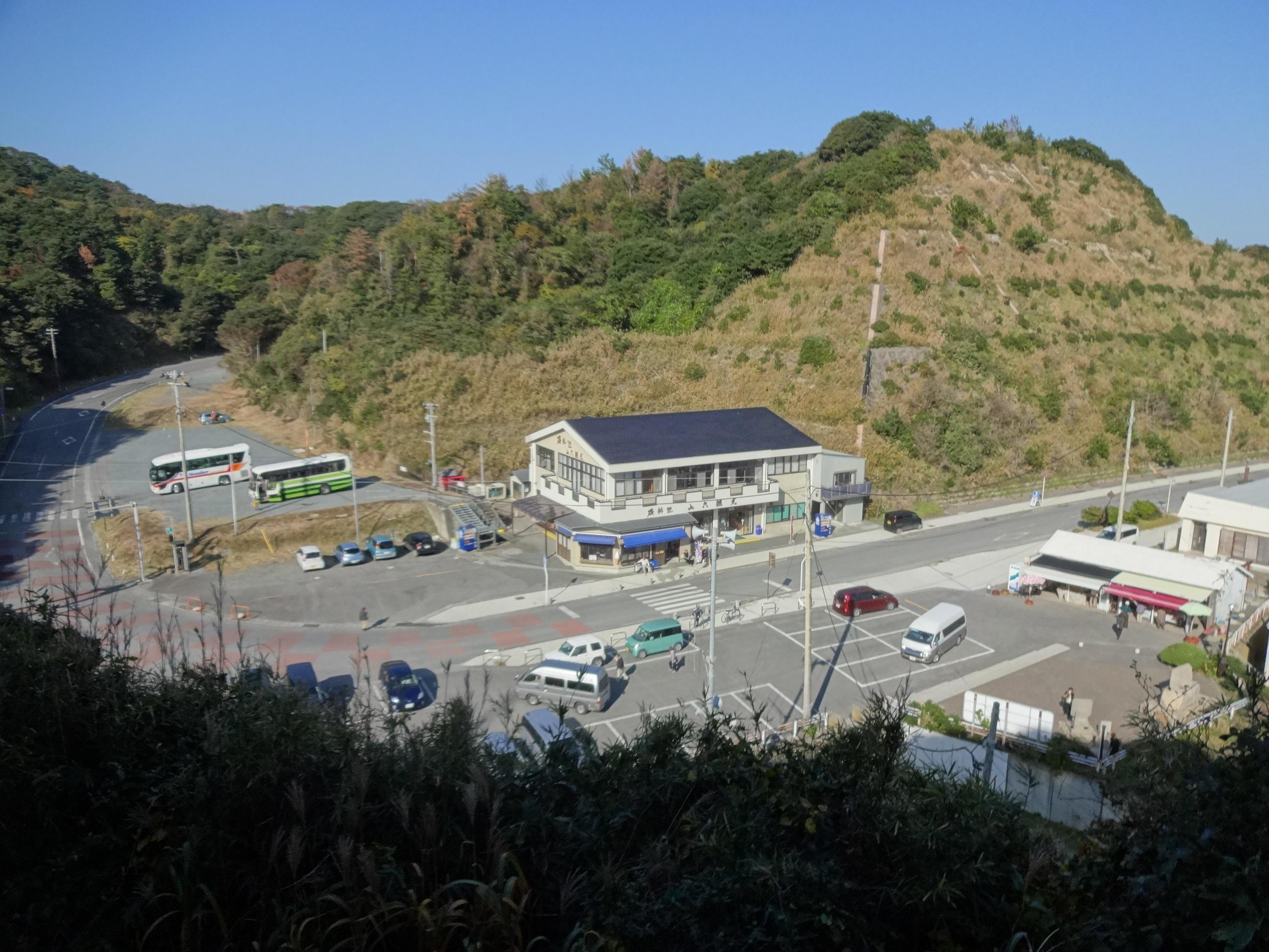 塩屋崎灯台から「山六観光」を見下ろす