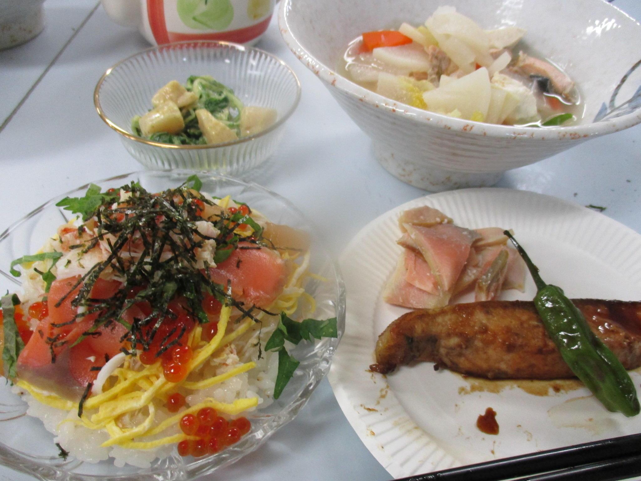 「バラちらし寿司」「秋鮭の三平汁」<br>「秋鮭のバター焼き」「ホタテカレー風味」
