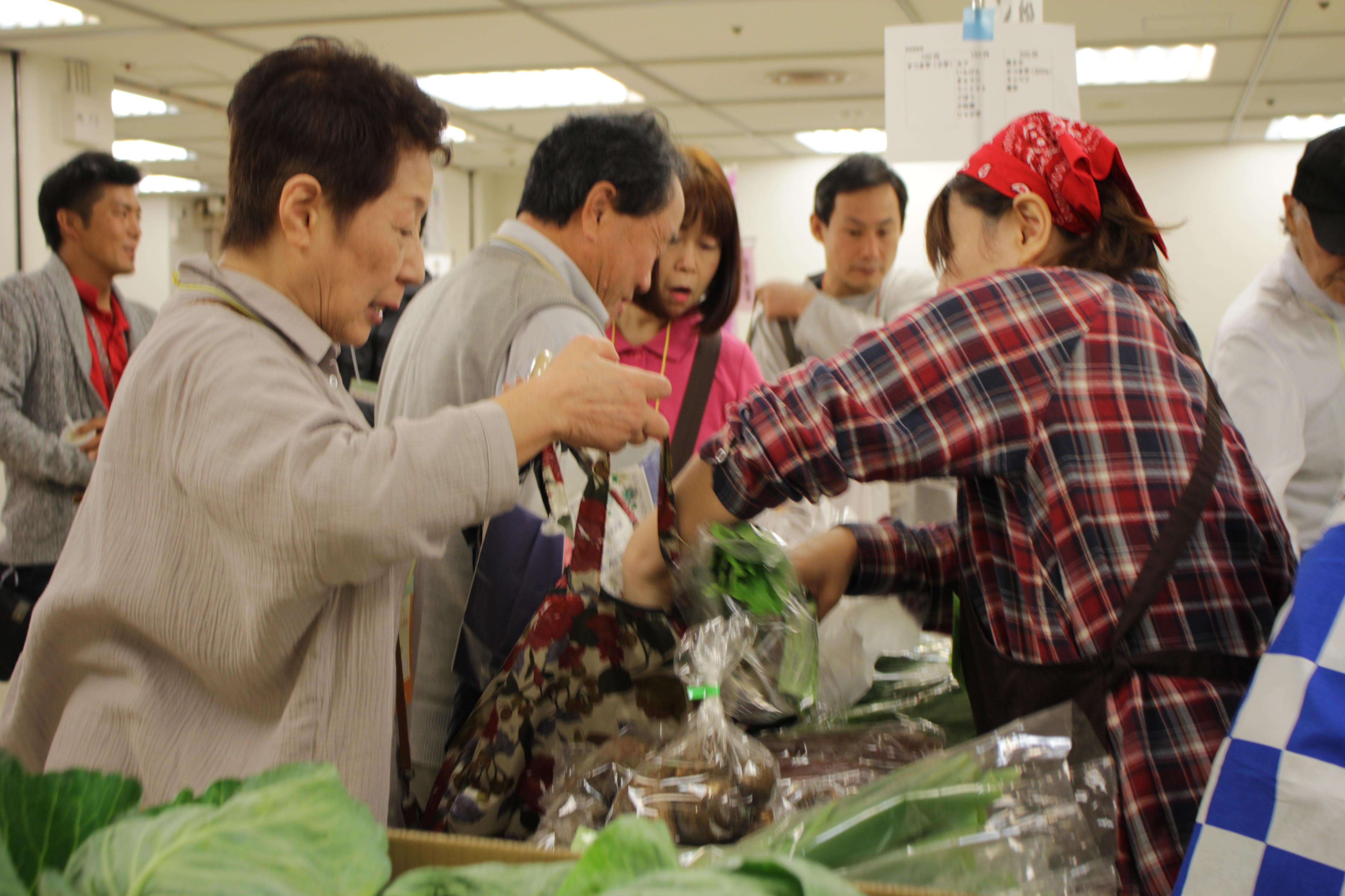 産直野菜は人気商品、生産者との<br>触れ合いも楽しく
