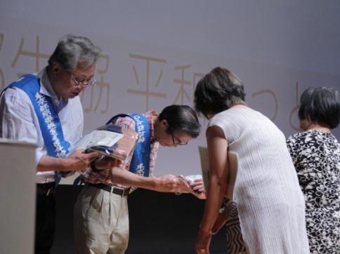 東都生協からのひざ掛けの贈呈