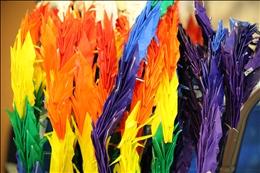 折り鶴を色分けして配列しタペストリーに