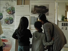 ロビー展示の原爆パネルに見入る参加者