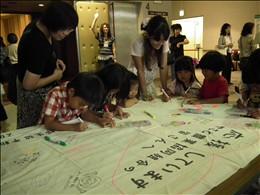 会場ロビーでは東日本大震災の被災産地・メーカーに応援メッセージを寄せ書き