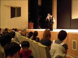 渡部陽一さんの全身を使っての語りかけが聴衆を魅了