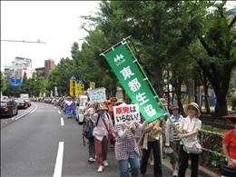 パレードに対し沿道から手を振る人も
